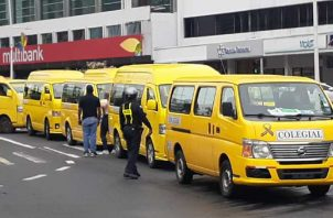 La semana pasada, los conductores de buses colegiales protestaron la semana pasada ante la sede del Ministerio de Economía y Finanzas de donde salieron sin respuesta. Víctor Arosemena