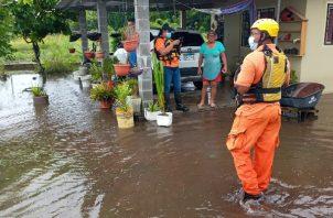 Personal del Sistema Nacional de Protección Civil realiza evaluaciones en la residencias afectadas. Mayra Madrid