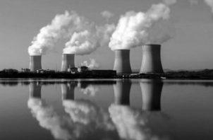 Vista de una central nuclear. Desde la perspectiva económica se puede añadir que se trata de una salida crecientemente costosa. El costo de los reactores se ha elevado entre 22% y 27% en el período que va de 2006 a la actualidad. Foto: EFE.