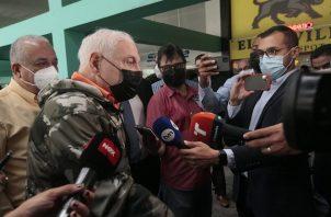 Ricardo Martinelli atiende a los periodistas a su llegada hoy al Sistema Penal Acusatorio en Plaza Ágora. Foto: Víctor Arosemena