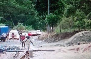 La corriente arrastró la losa del vado, imposibilitando el paso de vehículos. Foto: Eric A. Montenegro