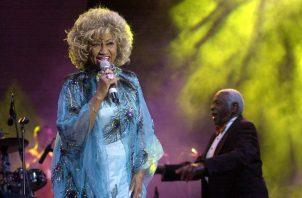 La cantante Celia Cruz, reina de la salsa, junto a su marido Perucho (detrás), durante su actuación en el Festival de Música Latina en Benicasim. Fotos: EFE / Domenech Castello / Archivo