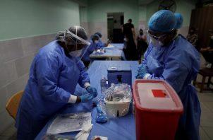 Personal médico en Panamá prepara dosis de la vacuna Pfizer contra la covid-19. Foto: EFE