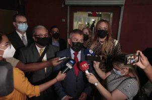 La defensa de Ricardo Martinelli, a través del abogado Sidney Sittón (centro), volvió a reiterar la inocencia de Martinelli. Foto: Víctor Arosemena