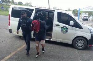 Durante el proceso de revisión las autoridades ubicaron varios teléfonos móviles y cargadores en posesión de los delincuentes. Foto: Eric Montenegro