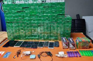 Encontraron unas 1,277, cajetillas de cigarrillos, ocho paquetes de filling, 95 encendedores, 10 celulares, dos chips para celulares. Foto: DIomedes Sánchez