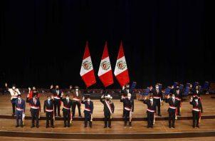 Pedro Castillo junto con su gabinete de ministros, recién juramentados, en el Gran Teatro Nacional de Lima (Perú). EFE