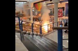 Sujetos desconocido detonaron fuegos pirotécnicos dentro de Albrook Mall. Foto: Cortesía