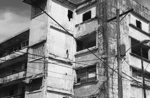 Vista del edificio Cuatro Potencias, que al igual que otros sucumben ante el olvido. Foto: Archivo. Epasa.