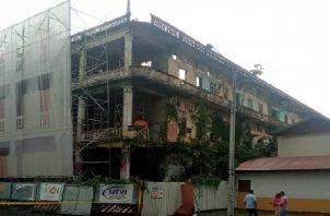 Mientras las autoridades resuelven que va a ocurrir con la Casa Wilcox, la misma se ha deteriorado progresivamente ante la mirada de los lugareños y extranjeros. Foto: Diomedes Sánchez