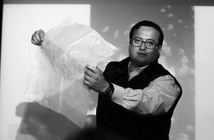 El ingeniero y emprendedor, Cristian Olivares, muestra la bolsa hidrosoluble, elaborada sin ningún derivado del petróleo. Las bolsas se deshacen y se diluyen en el agua sin causar perjuicio al medioambiente ni al propio líquido que las absorbe. Foto: EFE