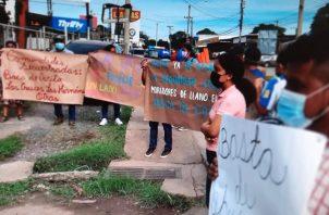 """Las personas portaban pancartas donde decían que sus comunidades estaban """"secuestradas"""". Foto: Melquiades Vásquez"""
