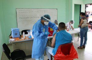 La vacunación previene las formas graves de coronavirus. Foto: Cortesía Minsa