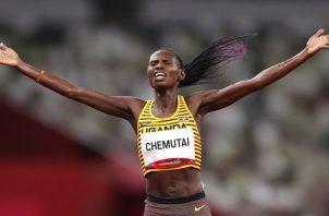Peruth Chemutai de 22 años se proclamó en Tokio como campeona olímpica de 3.000 metros con obstáculos. Foto Cortesía: @Olympics