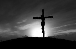 Con su sangre derramada en la cruz nos redimió. Nos salvó. Nos rescató. Se inmoló por nosotros. Abrió las puertas del cielo para nosotros. Foto: Freepick.
