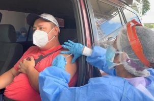 Personal de salud continúa aplicando la vacuna de Pfizer contra la covid-19 en el auto rápido de la Feria Internacional de David. Foto: Cortesía Minsa