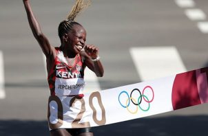 Peres Jepchirchir ganó el oro para Kenia en el mataron olímpico. Foto Cortesía: @Olympics