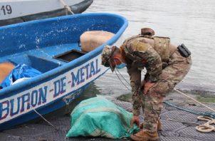 Los implicados lanzaron varios sacos con presunta sustancia ilícita al mar. Foto: Cortesía Senan