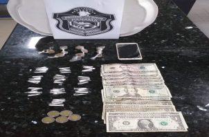 En uno de los envases se encontraron 50 carrizos de presunta cocaína mientras que en un segundo recipiente hallaron 10 sobres plásticos de supuesta marihuana. Foto: Eric Montenegro