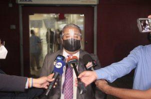 El abogado Roiniel Ortiz manifestó que no se trata de dilatar el proceso, ya que la salud está por encima de todo. Foto: Víctor Arosemena