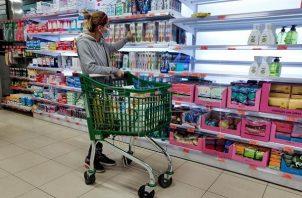 Antes de ir al supermercado es importante verificar si el saldo está disponible. Foto: EFE