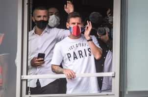 Leo Messi luce una mascarilla con los colores y el símbolo del PSG en el aeropuerto de París. Foto: EFE