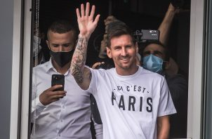 """Lionel Messi saludó desde un primer piso del aeropuerto en París a los eufóricos hinchas que le aguardaban, quienes gritaban """"Messi, Messi"""". Foto: EFE"""