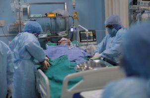 Los pacientes hospitalizados por covid-19 recibirán tres nuevos posibles tratamientos. Foto: EFE