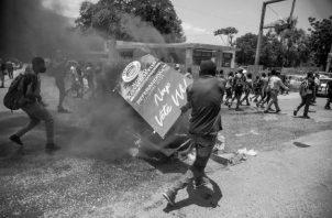 El aumento de las peleas y la violencia entre bandas armadas en Puerto Príncipe, desde principios de junio de este año, provocó el desplazamiento de 17.105 civiles, según datos de la Organización Internacional para las Migraciones (OIM). Foto: EFE.