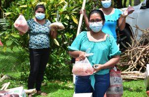 Las mujeres, que pertenecen a la Red de Oportunidades del Mides, recibieron hace unos días un paquete de activos valorado en 320 dólares. Foto: Cortesía Mides