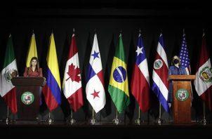 La ministra de relaciones exteriores de Panamá, Erika Mouynes (i), y Samira Gozaine (d), directora de migración de Panamá, hablan durante una conferencia de prensa en la cancillería panameña, en Ciudad de Panamá. EFE