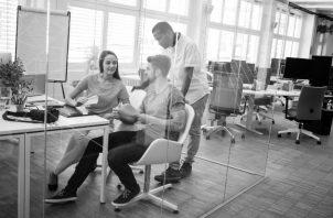 Para las compañías, debe ser prioridad analizar cómo organizar el trabajo y cuál es su impacto en la productividad de los trabajadores, en la satisfacción laboral, la cooperación y la responsabilidad social. Foto: Freepik.
