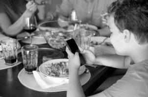 Los programas de alimentación escolar que ofrecen alimentos adecuados y saludables, han demostrado su gran potencial como referencia de hábitos saludables, no solo para los estudiantes, sino también para sus familias. Foto: Freepik.