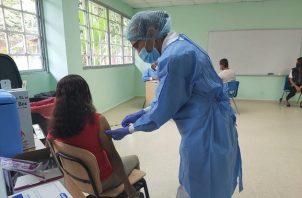 Personal de salud continúa con la aplicación de la vacuna de Pfizer contra la covid-19 en la Región Metropolitana. Foto: Cortesía @CSSPanama