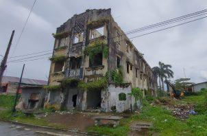 Edificio en malas condiciones abandonado que fue derribado esta tarde en Colón. Diómedes Sánchez.
