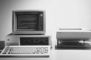 Fotografía de archivo cedida por IBM, el primer computador que esta compañía sacó al mercado, el 5150, en 1981. Foto: EFE/IBM/HO.