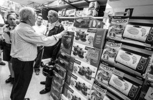 Si usted es afectado por alguna irregularidad durante esta transacción comercial de compras por abonos, puede presentar su queja ante la Autoridad de Protección al Consumidor y Defensa de la Competencia (Acodeco). Foto: EFE.