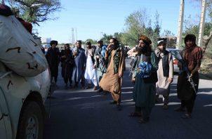 Los talibanes montan hoy guardia en un puesto de control cuando tomaron el control de Herat, Afganistán. Foto: EFE