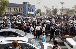 La policía afgana desempeña sus funciones después de que los talibanes tomaran hoy el control de Kandahar, Afganistán. Foto: EFE