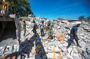 Personal realiza trabajos de remoción de escombros, búsqueda y rescate tras el terremoto registrado este sábado en Haití. Foto: EFE