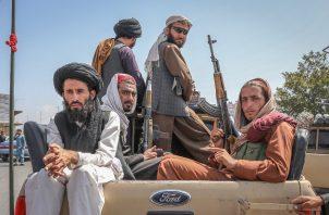 Talibanes viajan en un vehículo por las calles de Kabul en Afganistán. Foto: EFE