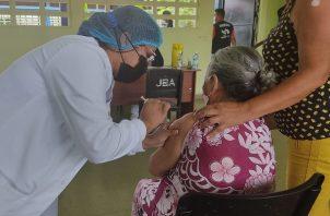 Equipo de trabajo del hospital Dr. Ezequiel Abadía aplicó 5,540 dosis de la vacuna AstraZeneca contra la covid-19, a los residentes del circuito 9-2 en Veraguas, del 10 al 13 de agosto. Foto: Cortesía @CSSPanama