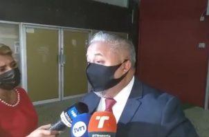 El abogado Roniel Ortiz conversó hoy con los periodistas, al finalizar el décimo octavo día del juicio oral.
