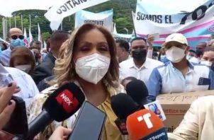 La diputada Yanibel Ábrego llegó acompañada de varios convencionales.