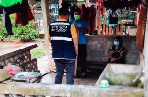 Miembros de la Defensoría del Pueblo durante su visita a la vivienda de la afectada. Foto: Diómedes Sánchez