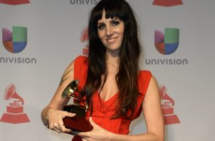 La cantante española Mala Rodríguez posa con su premio a Mejor Álbum de Música Urbana en 2013 en Las Vegas, Nevada (EE.UU.). Foto: EFE / Michael Nelson