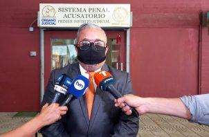El abogado Roniel Ortiz dio declaraciones hoy a los periodistas en el vigésimo día de audiencia por los supuestos pinchazos telefónicos. Foto: Víctor Arosemena