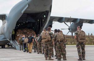 Más de 200 personas salen de Kabul en vuelo militar francés. Foto: EFE