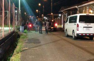 Los primeros informes señalan que pasadas las 7:00 p.m. un vehículo llegó a la cancha de baloncesto de esta comunidad y varias personas sin decir una palabra dispararon contra los presentes. Foto: Diomedes Sánchez
