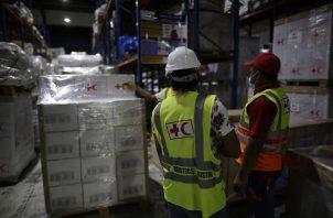 Personal de la Cruz Roja de Panamá alista ayuda humanitaria que será enviada a Haití. EFE